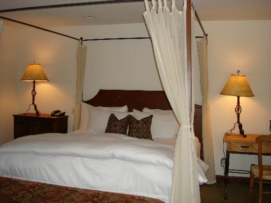 Hermosa Inn: King bed in the Grande Casita