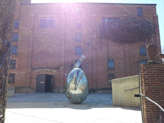 American Visionary Art Museum: Pictures taken outside