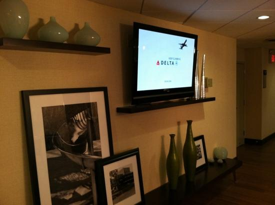 Hampton Inn White Plains / Tarrytown: large HDTV in dining area.