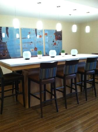 Hampton Inn White Plains / Tarrytown: another dining table.