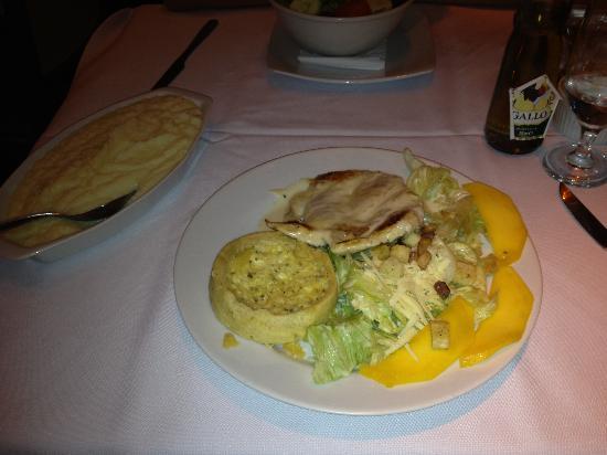 La Mole Barra: Hähnchenfleisch mit Käsequiche und Salat (etwas undefiniert)