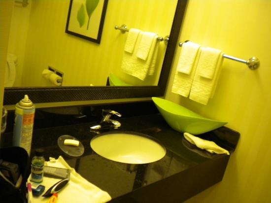 Fairfield Inn & Suites Chattanooga I-24/Lookout Mountain: Marble Sink & Vanity Mirror