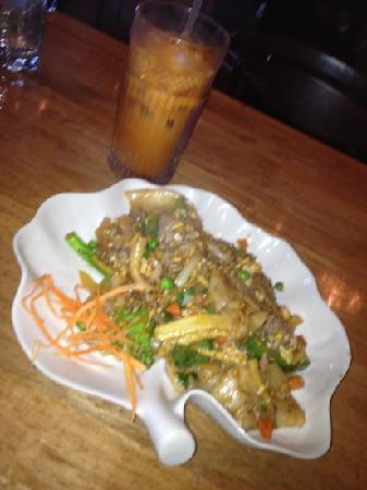 Siam Spice: Pad Kea Mow : stir fried fresh wide rice noodles with eggs, chili, garlic, onions, tomatoes, mix
