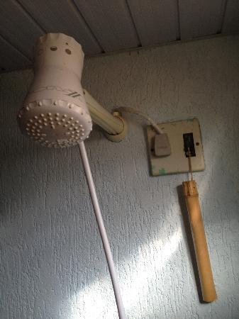 Pousada Ilha do Frade: Duschkopf (man beachte die elektrische Sicherung - wofür die auch immer ist)