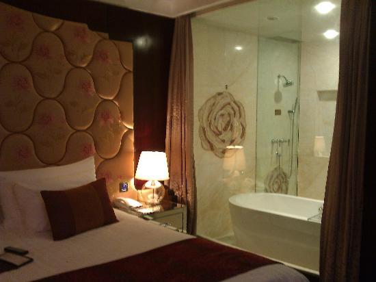 stanza da letto e vasca da bagno - Foto di New Century Hotel ...