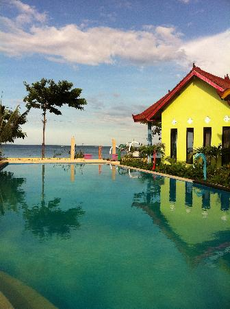 Surya Rainbow Villas: Surya Rainbow Villa's  the pool
