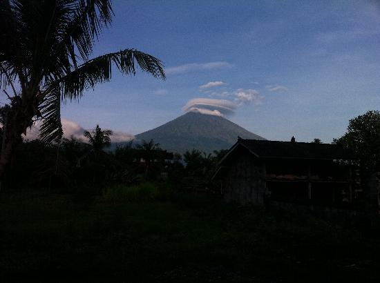 Surya Rainbow Villas: Gunung Agung early in the morning :-)