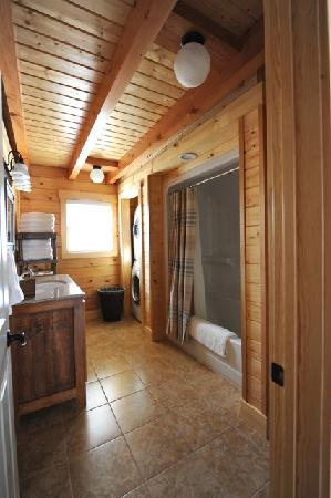 Muddy Moose: Bathrooms are spacious and also contain a washer/dryer for the cabin