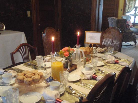 Pedal'rs Inn Bed and Breakfast: Elegant Breakfast BUT Casual dining!