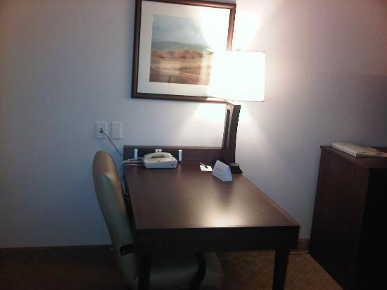 Country Inn & Suites by Radisson, Calgary-Airport, AB: Fair sized desk