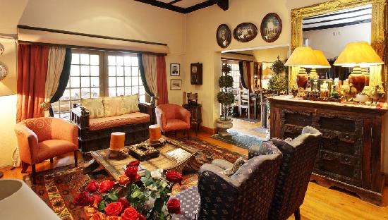 Riverside Guest Lodge: Executive lounge in the Guesthouse with a library and fireplace