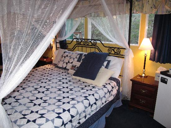 Lodge at Pine Cove: Lily Room king size canopy bed