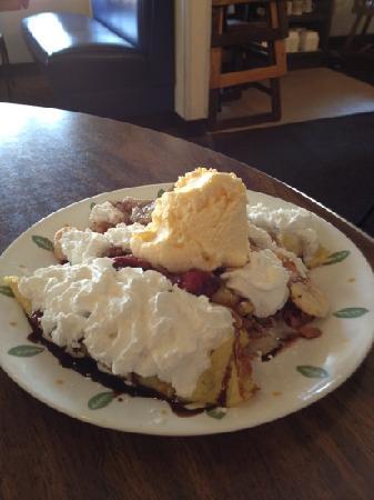 Hungry Bear Restaurant: Banana split crepe