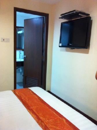 Grand Hallmark Hotel : it's a small room . the bed n the wall it's just 2 foot away