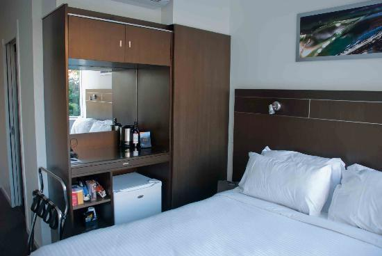 Mantra Terrace Hotel: Wardrobes full of facilities