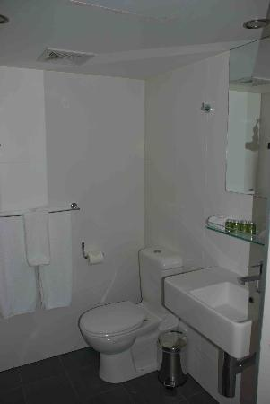 Mantra Terrace Hotel: Bathroom was spotless