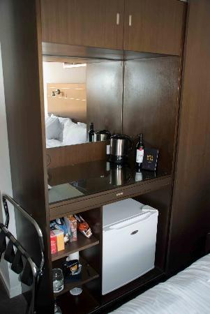 Mantra Terrace Hotel: Fully stocked mini-bar and tea/coffee facilities