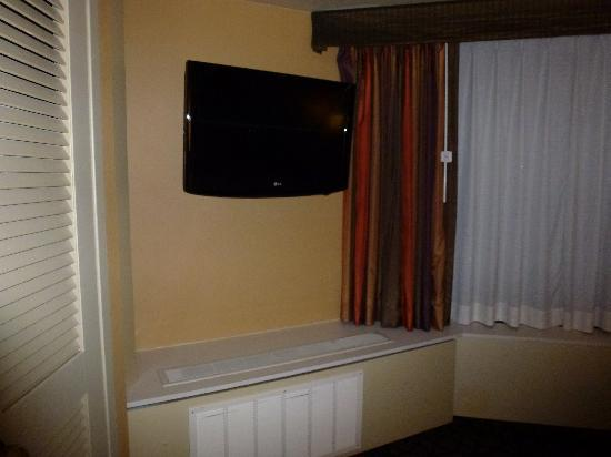 Crowne Plaza Seattle Downtown Area: Suite bedroom TV - nice for checking weather forecast
