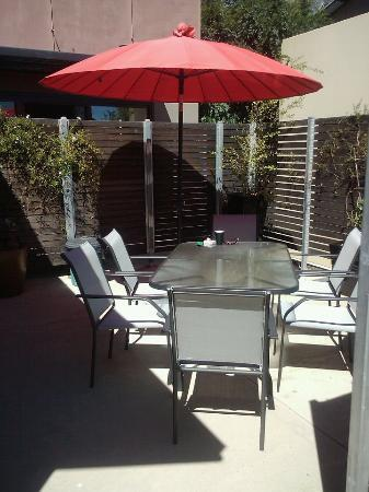 Adelphi Apartments: Outdoor dining area at Apartment