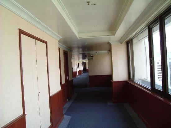 Royal Benja Hotel: The corridor outside the rooms