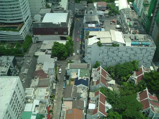 Royal Benja Hotel: View of Soi 5 from the room