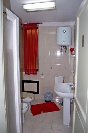Cavour il Conte Camillo : private bathroom from double room