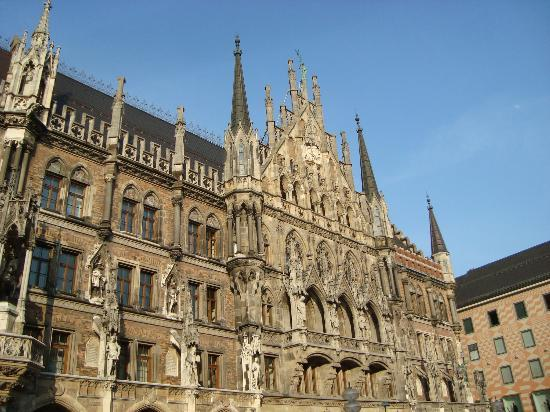 Marienplatz: The New Town Hall glockenspiel