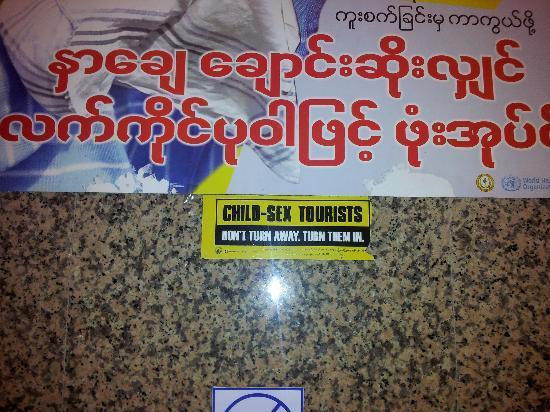 Central Hotel Yangon : Cartel en Lobby del Hotel