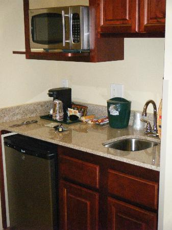 Country Inn & Suites By Carlson, Absecon (Atlantic City) Galloway: Nice small kitchen