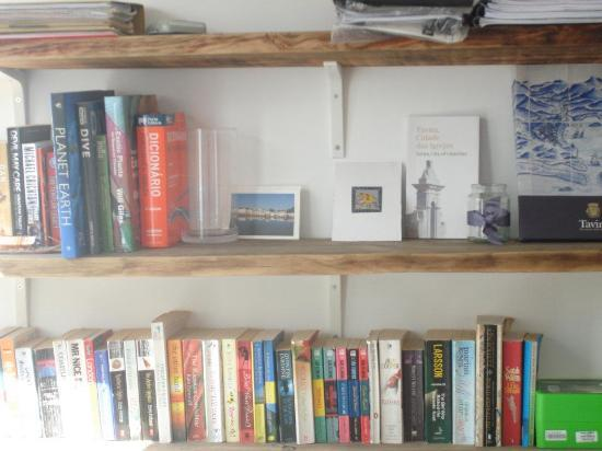Calcada Guesthouse : Book shelf at Guest house.
