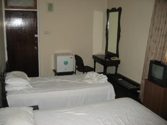 Tropic Inn Hotel: Very cleam room with AC and fridge