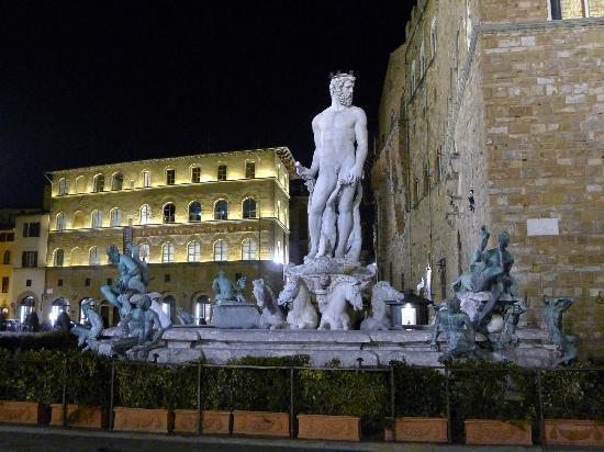 Piazza della Signoria: Fountain of Neptune at night at Piazza dell Signoria