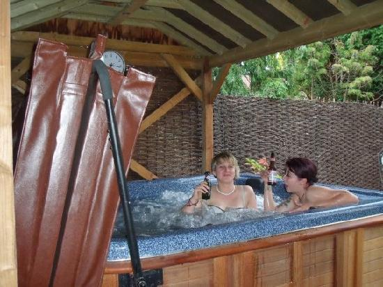 The Swanage Haven : Hot tub fun!