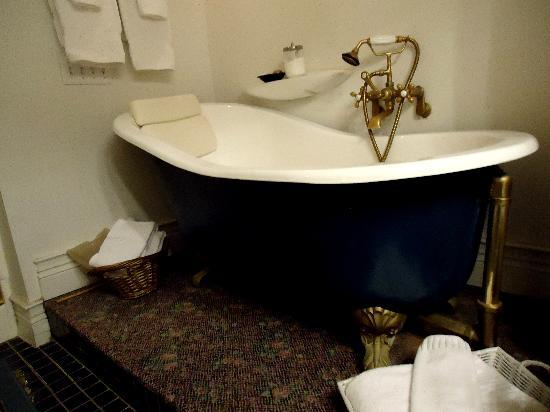 Campbell House Bed and Breakfast : Tub! :)