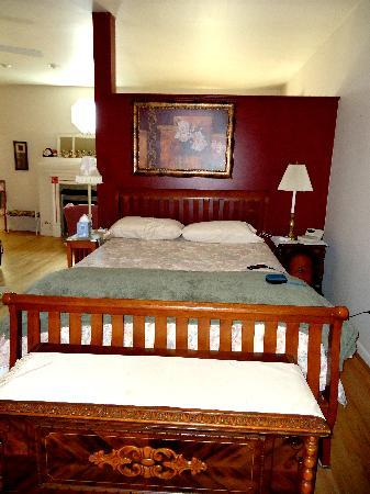 Campbell House Bed and Breakfast: HUGE bed