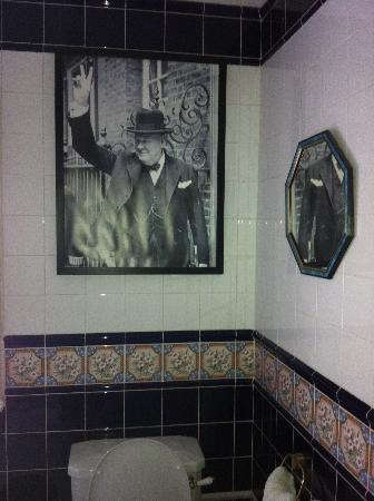 Frogg Manor Hotel & Restaurant: Sir Winston Churchill's Picture in the bathroom