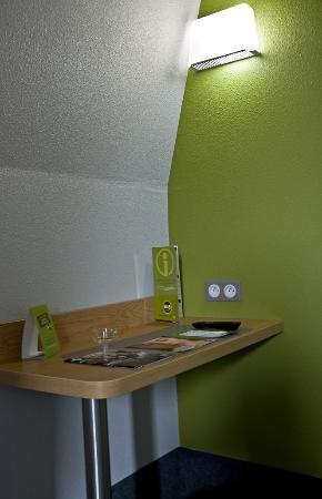 B&B Hotel Dunkerque Centre Gare: Desk area