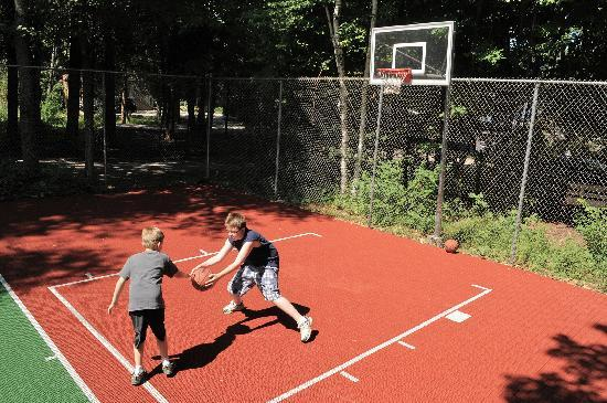 Shallows Resort: Tennis Court with Basketball Hoop