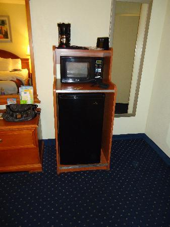La Quinta Inn & Suites San Diego Old Town / Airport: fridge and microwave