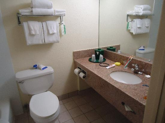 La Quinta Inn & Suites San Diego Old Town / Airport: bathroom