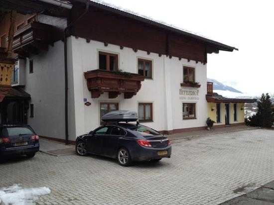 Hettlerhof: front of house and car park