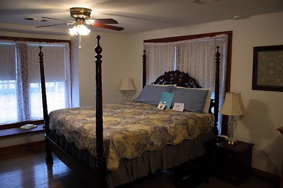 Locust Street Inn: King-size bed