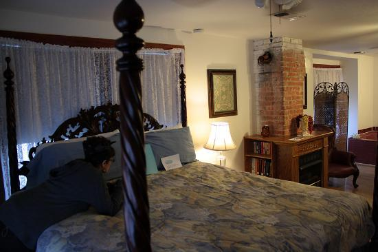 Locust Street Inn : Another view of the room