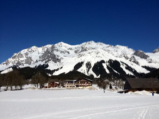 Hotel Berghof: Das Hotel vor dem Dachsteinmassiv