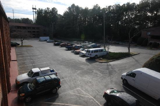 Country Hearth Inn & Suites Atlanta / Marietta and Banquet Hall: Parking Area