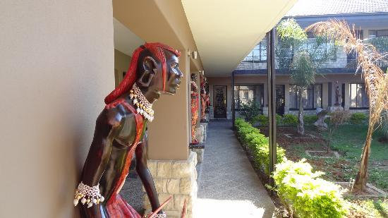 Africa Centre Airport Leisure Hotel & Guest Lodge: Added security!