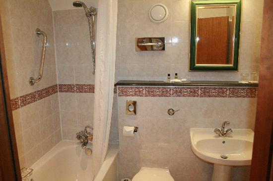 The Royal Angus Hotel: bathroom
