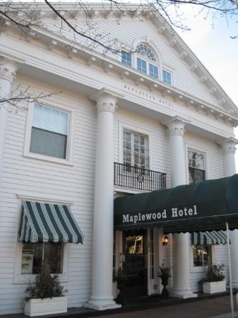 Maplewood Hotel: A close up view of the front