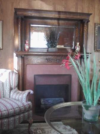 Maplewood Hotel: Parlor fireplace