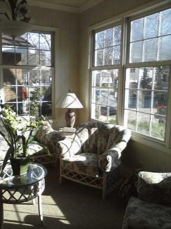 Maplewood Hotel: Front Sunroom